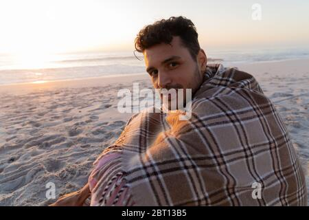 Kaukasischer Mann genießt Zeit am Strand Stockfoto