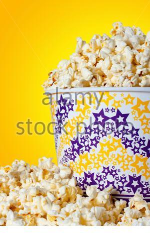 Nahaufnahme der großen Eimer Popcorn - Stockfoto