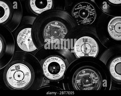 Auswahl an Vintage Vinyl 45rpm Singles mit verschiedenen Plattenlabels, die beliebte 7 Zoll Single wurde erstmals 1949 von RCA Victor veröffentlicht.