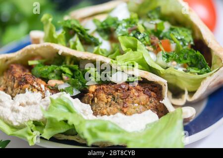 Falafel, vegetarische und vegane Speisen aus dem Nahen Osten - Stockfoto