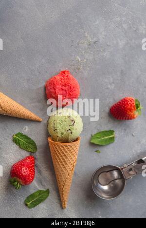Eis mit Erdbeere und Minze und Schokolade