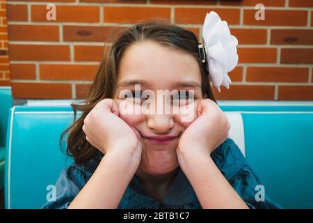 Junges Mädchen sitzt in einem Burger-Restaurant (HD Diner in Paris, Frankreich) - Stockfoto