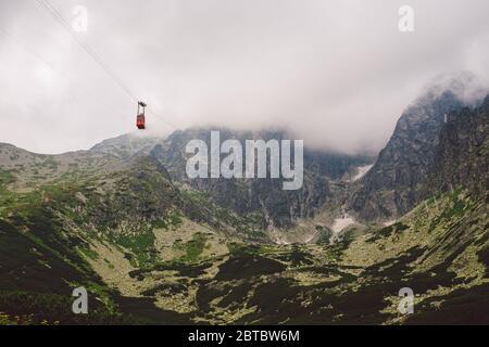 Hohe Tatra in der Slowakei im Sommer, Blick auf die Berge, Haus Berge im Hintergrund - Stockfoto