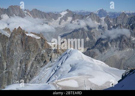 Alpenlandschaft mit hohen Bergen und Gletschern. Französische Alpen vom Gipfel des Aiguille du Midi, Mont Blanc Massiv, Chamonix, Frankreich. - Stockfoto