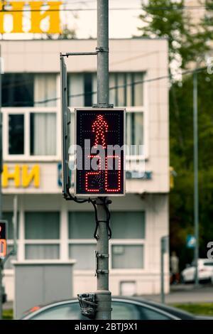 Ampel mit roter Figur an Fußgängerübergängen auf der Straße. ? ein-/aus-Board. - Stockfoto