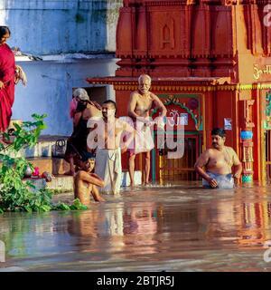 Indien, Varanasi - Bundesstaat Uttar Pradesh, 31. Juli 2013. Nach den Monsunen. Zahlreiche Gläubige baden im Fluss und führen ihre täglichen Gebete aus. - Stockfoto