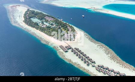 Luftaufnahme der Resort-Wasserbungalows. Luxuriöses tropisches Hotel über dem Korallenriff, das mit Atollen im Indischen Ozean verbunden ist. Atemberaubende Reiselandschaft - Stockfoto
