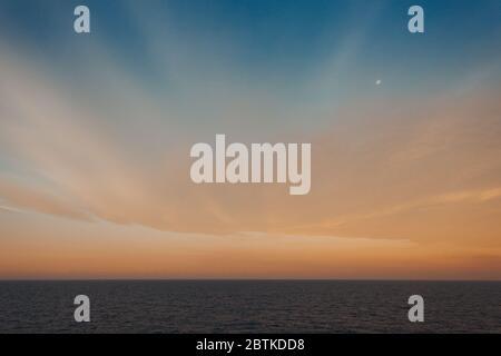 Mond über dem Meer und bunten Himmel und Wolken nach Sonnenuntergang, Adria, Italien - Stockfoto