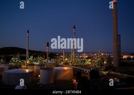 Coruña-Spanien.Nachtansicht der Raffinerie La Coruña, die am 26,2020. Mai in Betrieb war - Stockfoto