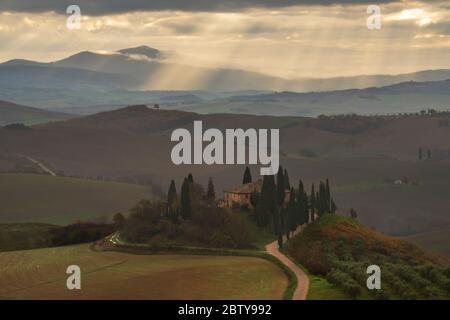 Podere Belvedere und toskanische Landschaft mit dramatischem Himmel, San Quirico d'Orcia, Toskana, Italien, Europa - Stockfoto