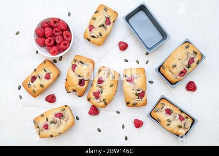 Hausgemachte Mini-Bananen und Himbeer-Laib Kuchen - Stockfoto