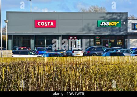 Die Vorderseite von zwei modernen Ladeneinheiten im Parc Plaza am Stadtrand von Bridgend. Besetzt mit Costa Kaffee und Subway. - Stockfoto