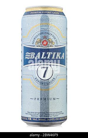 Ukraine, Kiew - Februar 10. 2020: Aluminiumkisse des Baltika Lager Bieres Nummer Sieben Premium auf weißem Hintergrund. Baltika ist die zweitgrößte Brauerei - Stockfoto