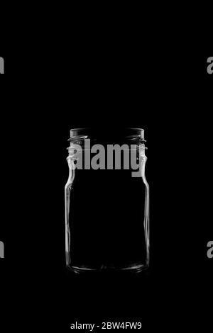 Silhouette einer Flasche mit einer schönen Form auf schwarzem Hintergrund - Stockfoto