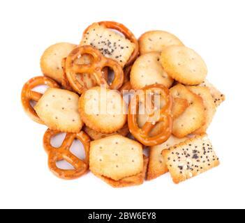 Mix Cracker isoliert auf weißem Hintergrund. Trockene Kekse isoliert. Salzige Snacks sind isoliert. Draufsicht. - Stockfoto