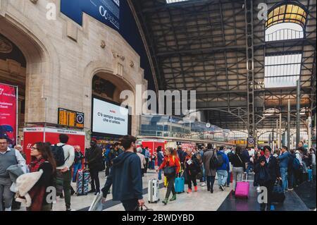 Eine Menge Zugpassagiere, die in der Ankunftshalle von Milano Centrale, dem Hauptbahnhof von Mailand in Italien ankommen