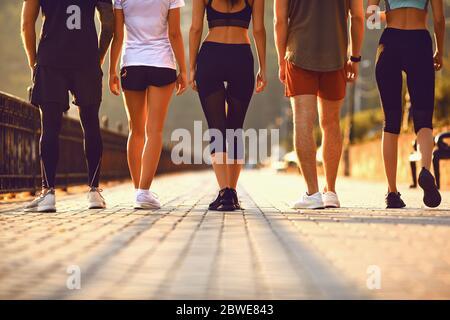 Eine Gruppe junger Menschen verläuft entlang der Straße in den Park.