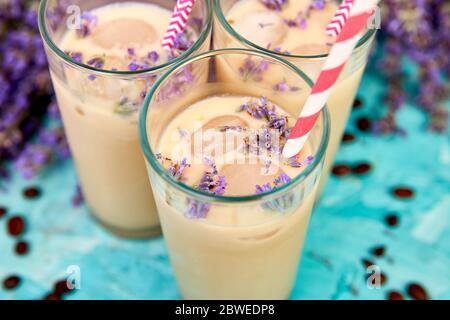 Sommerdrink Eiskaffee mit Lavendel im Glas - Stockfoto