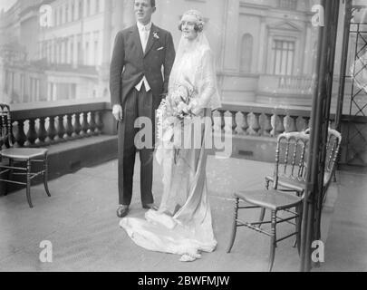 Brautpaar von Kindern . Es gab ein Gefolge von Kindern für Miss June Chaplin, bei ihrer Hochzeit zu Herrn Rudolph de Trafford, die in St James 's fand, Spanish Place. Braut und Bräutigam an der Rezeption fotografiert. Februar 1924 - Stockfoto