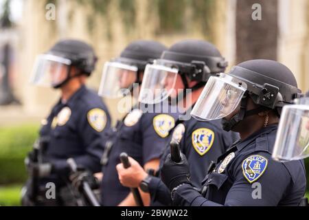 Eine Demonstration von Black Lives Matter Inland Empire in der Stadt Riverside, Kalifornien, USA aus Protest gegen den Tod von George Floyd, einem 46-jährigen Schwarzen, der am 25. Mai von der Minneapolis Polizei getötet wurde, während er verhaftet wurde. Er starb, nachdem ein Polizeibeamter sein Knie mehr als neun Minuten lang an Herrn Lloyds Hals gelegt hatte, während der Verdächtige auf dem Boden lag und mit Handschellen gefesselt war. Der Tod von Herrn Floyds hat massive Proteste in allen Vereinigten Staaten ausgelöst, auch hier in Riverside. - Stockfoto