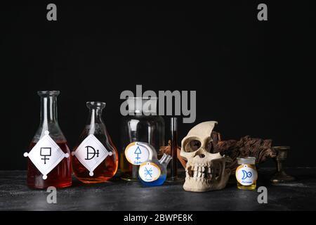 Tränke und menschlicher Schädel auf dem Tisch des Alchemisten - Stockfoto