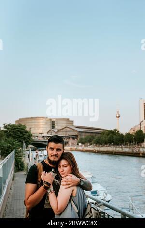 Junges Paar umarmt an der Spree, Berlin, Deutschland Stockfoto