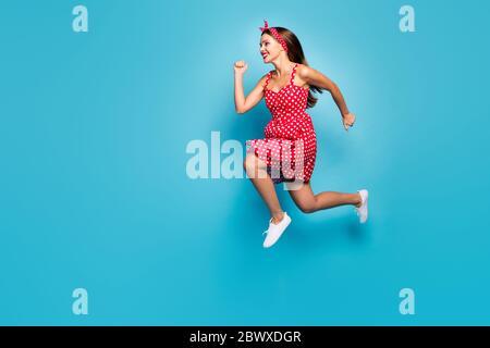 In voller Länge Körpergröße Ansicht von ihr sie schön aussehende attraktive schöne zielgerichtete fröhlich fröhlich fröhlich gerade-haarige Mädchen springen schnell isoliert auf - Stockfoto