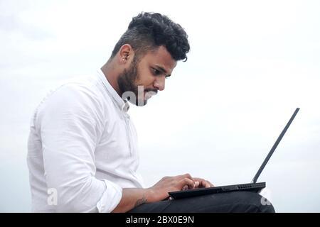 junger Mann auf laptop - Stockfoto