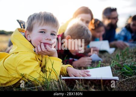 Gruppe von Schulkindern mit Lehrer auf Exkursion in die Natur. - Stockfoto