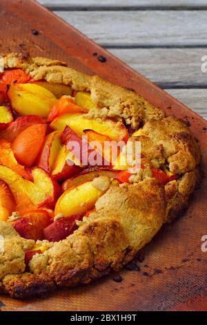 Hausgemachtes rustikales Galettengebäck mit frischen Pfirsichen und Aprikosen - Stockfoto