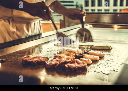 Close up Hände chef cooking Beef Steak und Gemüse auf heiße Pfanne, Japanisch Essen - Stockfoto