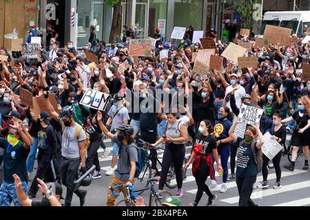 New York, NY, 2. Juni 2020. Menschen marschieren die Third Avenue mit Schildern hinauf und halten ihre Hände hoch bei einem solidaritätsmarsch der Black Lives Matter durch Manhattan, der in einer Reihe von Morden der amerikanischen Polizei vor kurzem Gerechtigkeit fordert: George Floyd, Breonna Taylor und zahllose andere. Tausende von Menschen nahmen an der protestmarsch vom Foley Square in der Nähe von Gracie Mansion, dem Haus des New York City Bürgermeisters, bevor sie auf den Times Square später am Abend. Juni 2020 - Stockfoto