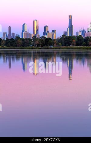 Melbourne, Australien. Skyline bei Sonnenaufgang vom Albert Park Lake aus. Große Datei. - Stockfoto
