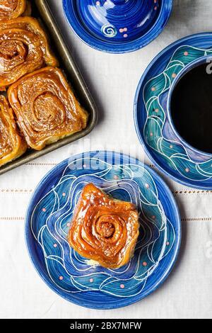 Klebriges Brötchen mit schwarzem Kaffee - Stockfoto