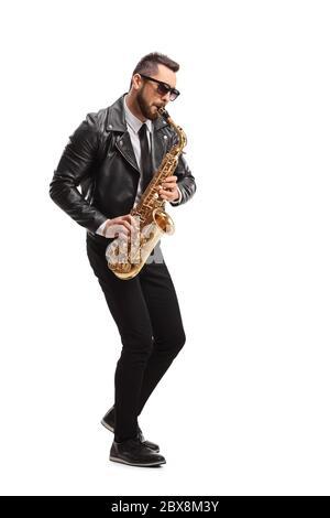 In voller Länge Aufnahme eines Mannes in einer Lederjacke, der ein Saxophon auf weißem Hintergrund spielt - Stockfoto