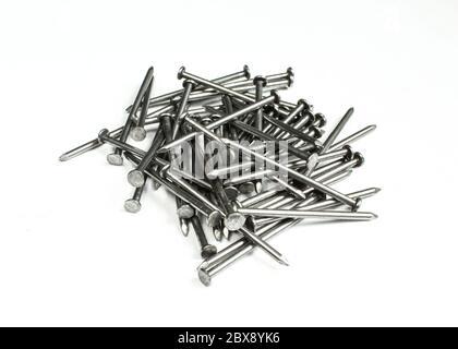 Stapel von silbernen metallischen Nägeln auf weißem Hintergrund isoliert. - Stockfoto