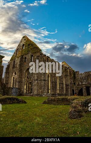 Verlassene und zerbrochene Kirche unter einem frühen, reinen blauen Sonnenuntergang