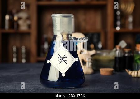 Flasche Trank auf dem Tisch des Alchemisten Stockfoto