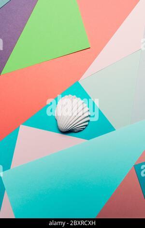 Weiße Muschel auf einem geometrischen bunten abstrakten Hintergrund, Summer Time Concept