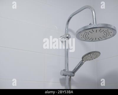 Doppelte Duschköpfe mit Chrom-Finish in sauberen Bad mit reinweißen Keramikfliesen. Nahaufnahme mit Kopierer Raum - Stockfoto