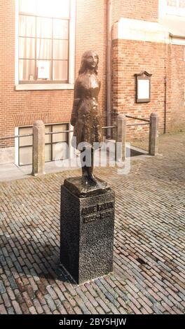 AMSTERDAM, NIEDERLANDE - UM APRIL 2009: Anne Frank Denkmal. Gedenkstatue eines jungen jüdischen Mädchens - Opfer des Holocaust - im Anne Frank Haus. - Stockfoto