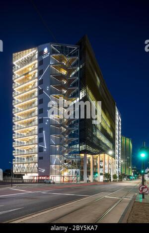 Adelaide South Australia 18. November 2019 : Nachtansicht der medizinischen und pflegerischen Schule, Teil der Universität von Adelaide, die sich auf No - Stockfoto