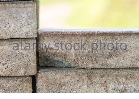 Maurerarbeiten - Haufen Steine, Stapel von Pflasterstein. Bereit für den Bau - Stockfoto