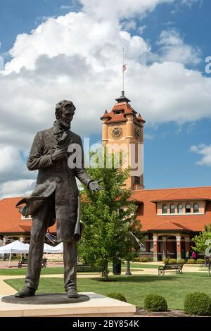 USA, Illinois, Midwest, Springfield, Union Station und Lincoln Statue - Stockfoto