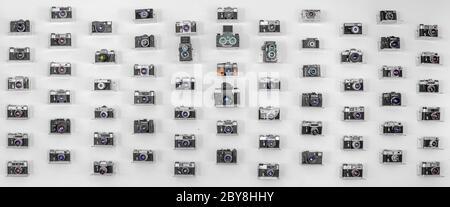Sammlung alter Filmkameras auf weißem Hintergrund. Panorama. Stockfoto