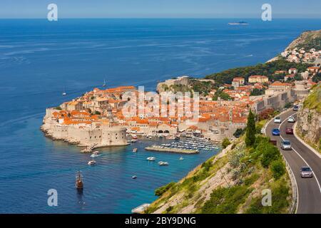 Dubrovnik, Gespanschaft Dubrovnik-Neretva, Kroatien. Gesamtansicht der Altstadt und des Hafens. Die Altstadt von Dubrovnik ist ein UNESCO-Weltkulturerbe. - Stockfoto