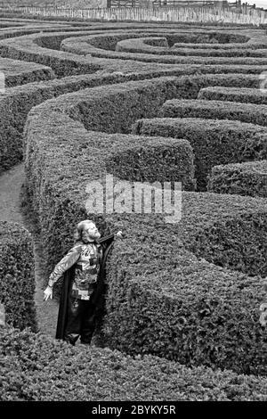 1990 - Viscount Weymouth (später 7. Marquess of Bath d.. April 2020) Alexander Thynn posiert für ein Pressebild im berühmten Labyrinth von Longleat. Wiltshire. GROSSBRITANNIEN - Stockfoto