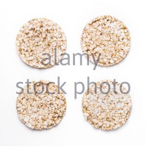 Vier Reiskracker isoliert auf weißem Hintergrund. Konzept des gesunden Essens und der Ernährung. - Stockfoto