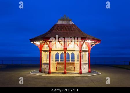 Beleuchtete Strandhütte in der Abenddämmerung, Bexhill-on-Sea, East Sussex, England, Großbritannien - Stockfoto