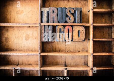 Vertrauen in Gott Konzept Holzbrietpresse Thema - Stockfoto
